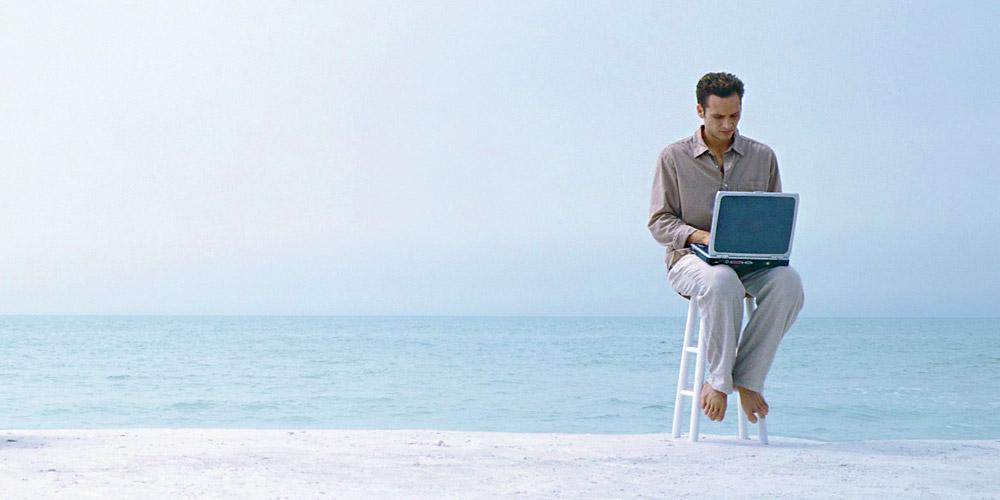 Mees sülearvutiga